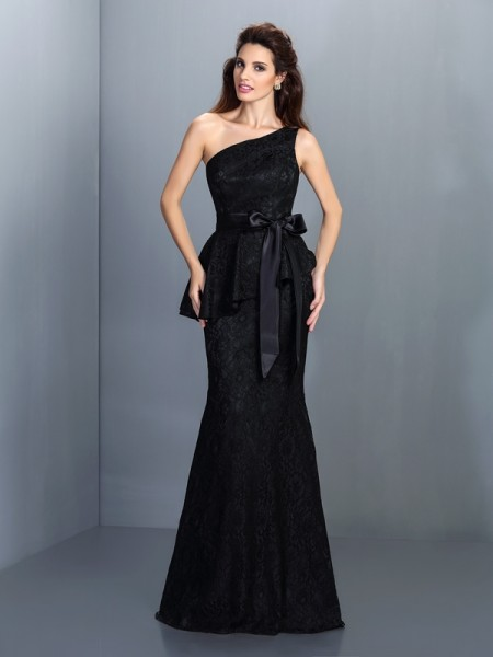 Trumpet/Mermaid One-Shoulder Lace Long Satin Bridesmaid Dress